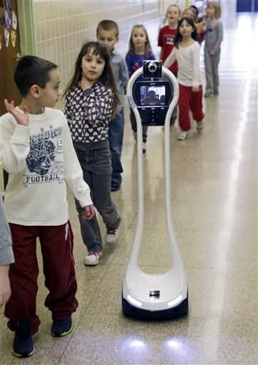 Un robot va a clases en vez de un niño enfermo 03